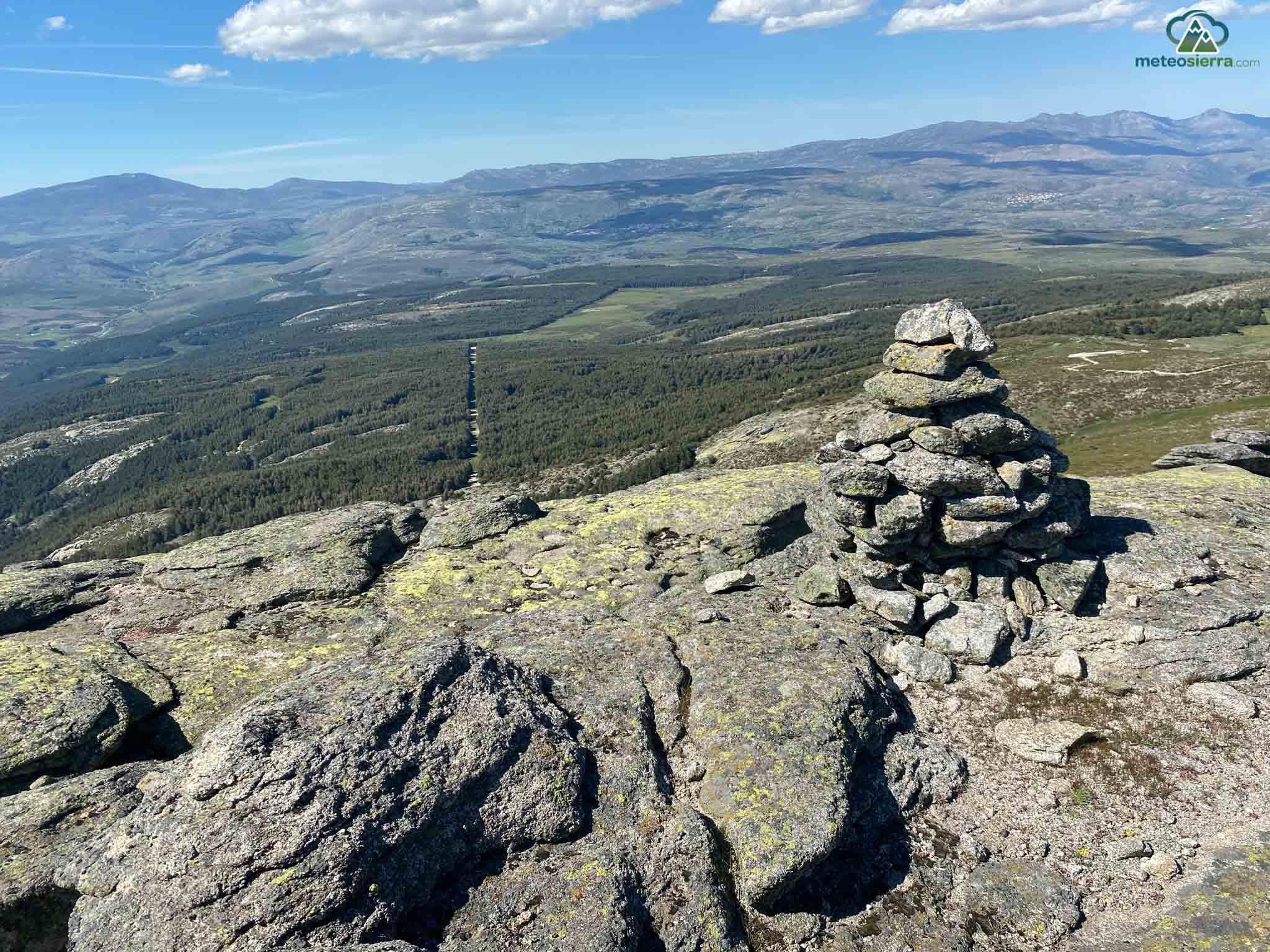 Antecima con vistas hacia el norte. A la izquierda la Serrota (2292 m) y a la derecha el Zapatero (2158 m)